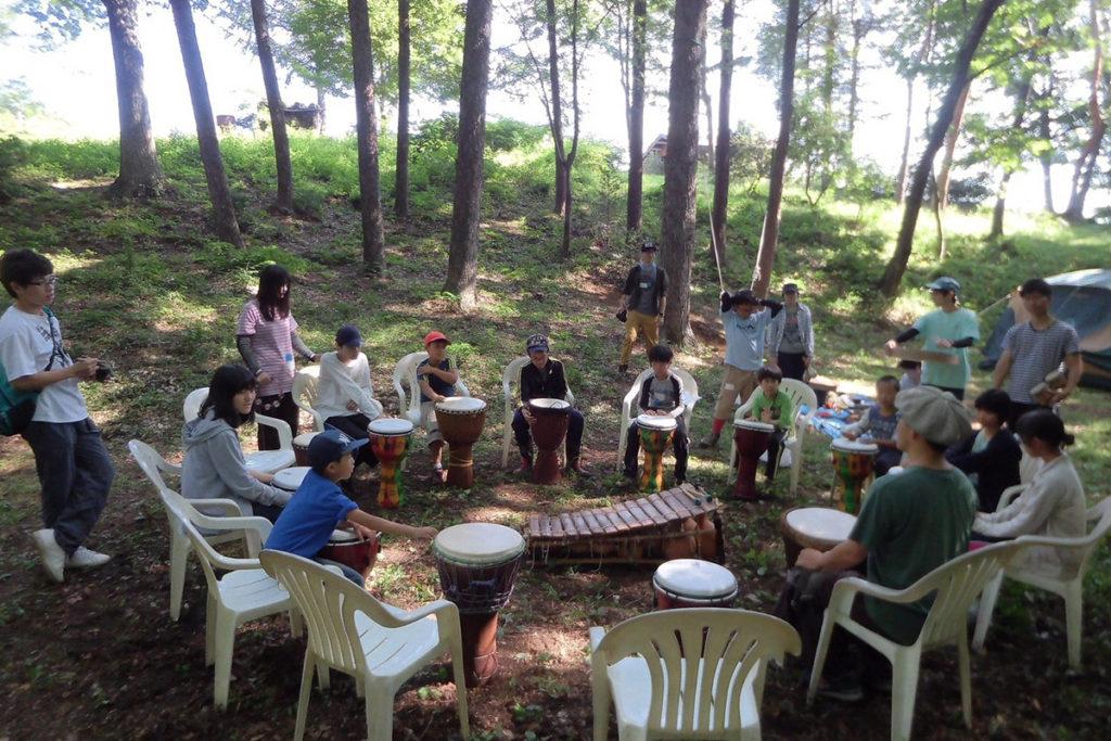 森の中で太鼓を体験
